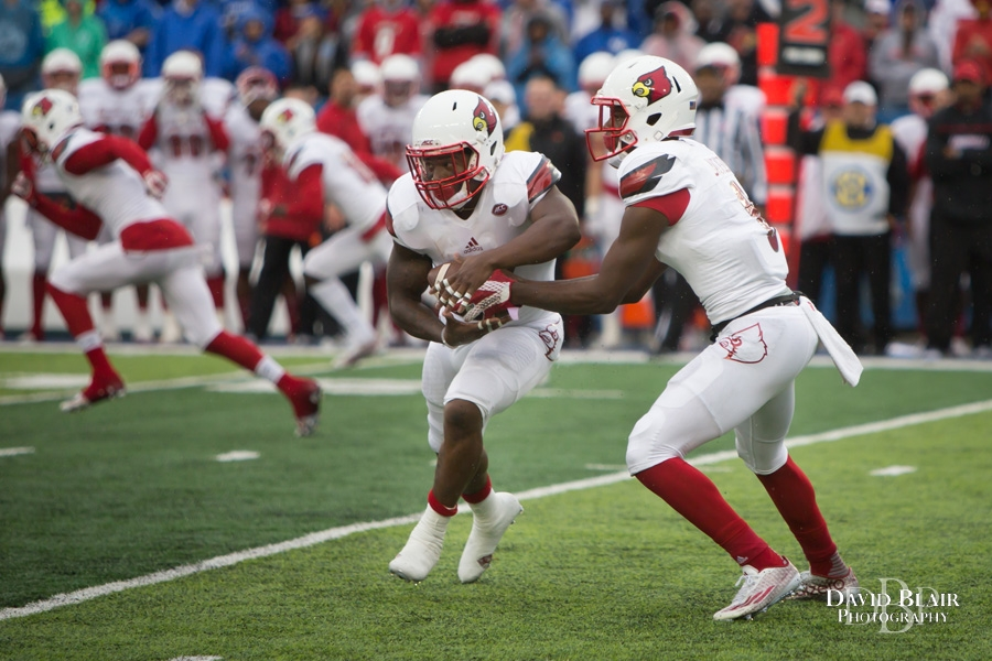 November 28, 2015: Louisville Cardinals quarterback Lamar Jackson (8) hands the ball off to running back Brandon Radcliff (23) during the 1st half of the NCAA football game between the Louisville Cardinals and the Kentucky Wildcats at Commonwealth Stadium in Lexington, KY. Louisville defeated Kentucky 38-24. (Photo by David Blair/Icon Sportswire)